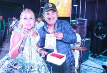 """FULL RITMO premió  A GLADYS VILA  por tema """"NI que valieras tanto"""""""