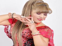 YESICA TAPIA  Le toca ahora triunfar con el  huayno con teclados y guitarra