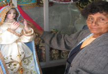 Doña Josefa viste a Mamita Chapi