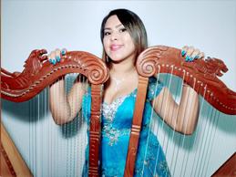 Julissa Arango se abre paso con su arpa mágica