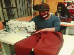 músico confecciona ropa contra el covid 19