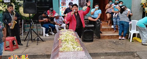 ANTES CANTABA EN LOS CUMPLEAÑOS, AHORA LO HACE EN LOS VELORIOS, El Canario sigue «chiviando»