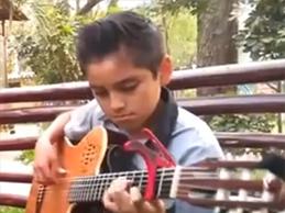 Kevin Alarcón es un niño virtuoso de la guitarra